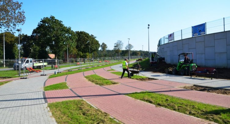 Zagospodarowanie terenu zieleni przy stadionie w Barcinie - fot. Grzegorza Smoliński
