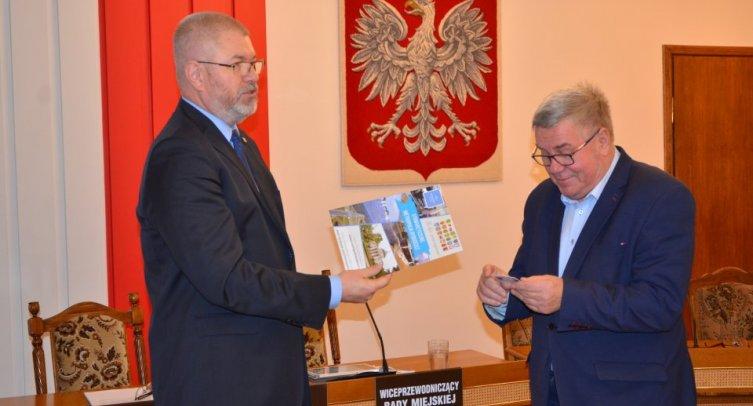 Burmistrz Barcina Michał Pęziak i Przewodniczący Gminnej Rady Seniorów Andrzej Szczepański - fot. Grzegorz Smoliński