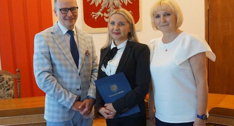 Przewodniczący Komisji Egzaminacyjnej Hubert Łukomski, Justyna Figiel i dyrektor Katarzyna Tomiczak z Przedszkola w Piechcinie