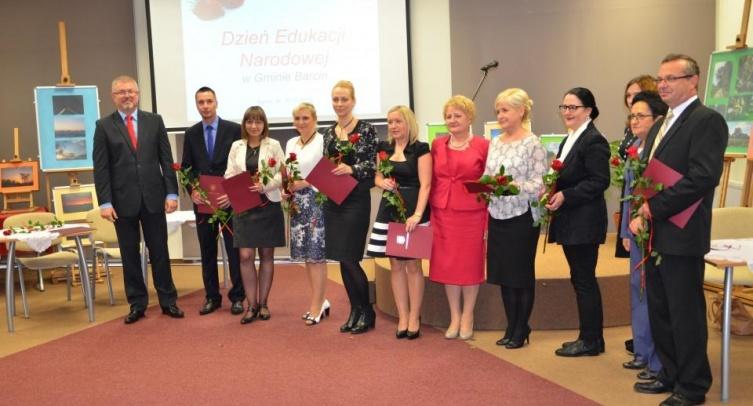 Gospodarze gali i uhonorowani nagrodą burmistrza – fot. Jarosław Drozdowski